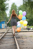 Giovane donna con i palloni variopinti del lattice Immagini Stock