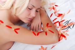 Giovane donna con i petali Immagine Stock Libera da Diritti