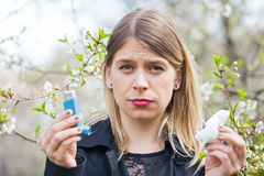 Giovane donna con i problemi di allergia del polline Fotografie Stock Libere da Diritti