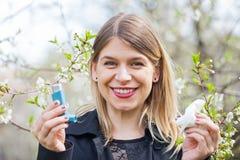 Giovane donna con i problemi di allergia del polline Fotografia Stock Libera da Diritti