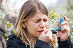 Giovane donna con i problemi di allergia del polline Immagini Stock Libere da Diritti
