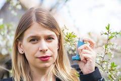 Giovane donna con i problemi di allergia del polline Immagine Stock