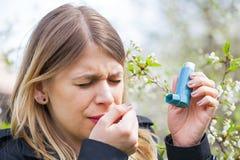 Giovane donna con i problemi di allergia del polline Fotografia Stock