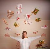 Giovane donna con i regali di Natale Fotografie Stock Libere da Diritti