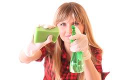 Giovane donna con i rifornimenti di pulizia isolati Fotografia Stock