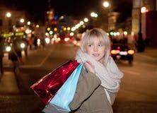 Giovane donna con i sacchetti di acquisto Fotografie Stock Libere da Diritti