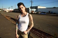 Giovane donna con i tatuaggi Immagine Stock