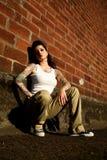 Giovane donna con i tatuaggi Immagini Stock
