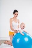 Giovane donna con il bambino Immagine Stock