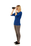 Giovane donna con il binocolo Fotografie Stock Libere da Diritti