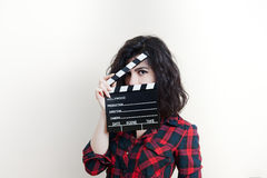 Giovane donna con il bordo di valvola di film su fondo bianco immagine stock libera da diritti