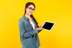 Giovane donna con il calcolatore del ridurre in pani Fotografia Stock