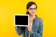 Giovane donna con il calcolatore del ridurre in pani Immagine Stock Libera da Diritti