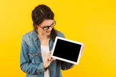 Giovane donna con il calcolatore del ridurre in pani Fotografie Stock Libere da Diritti