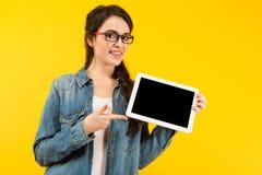 Giovane donna con il calcolatore del ridurre in pani Immagini Stock Libere da Diritti