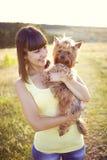 Giovane donna con il cane Fotografia Stock