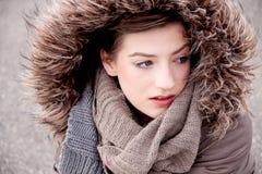 Giovane donna con il cappotto ed il cappuccio del rivestimento nell'inverno fotografie stock