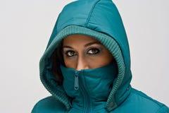 Giovane donna con il cappuccio verde Fotografie Stock