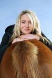 Giovane donna con il cavallino fotografia stock libera da diritti