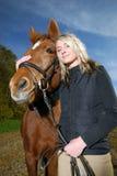 Giovane donna con il cavallo immagine stock