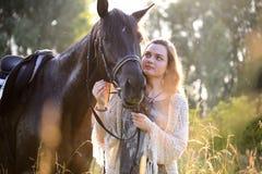 Giovane donna con il cavallo Fotografie Stock