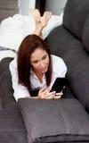 Giovane donna con il cellulare Fotografia Stock Libera da Diritti
