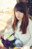 Giovane donna con il cestino Fotografie Stock