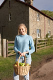 Giovane donna con il cestino delle mele Fotografia Stock Libera da Diritti