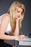 Giovane donna con il compito scolastico Immagine Stock Libera da Diritti