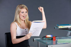 Giovane donna con il compito scolastico Immagini Stock Libere da Diritti