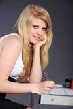 Giovane donna con il compito scolastico Fotografia Stock