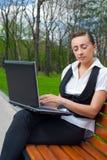 Giovane donna con il computer portatile Immagini Stock Libere da Diritti