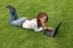 Giovane donna con il computer portatile Fotografie Stock