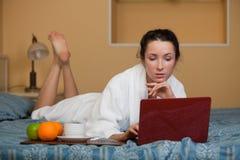 Giovane donna con il computer portatile. Fotografia Stock Libera da Diritti