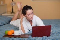 Giovane donna con il computer portatile. Immagine Stock