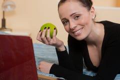 Giovane donna con il computer portatile. Fotografia Stock