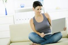Giovane donna con il computer portatile Fotografia Stock Libera da Diritti