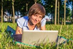 Giovane donna con il computer portatile all'aperto Fotografie Stock Libere da Diritti
