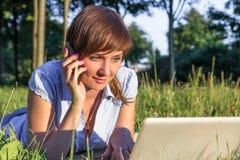 Giovane donna con il computer portatile all'aperto Fotografia Stock Libera da Diritti