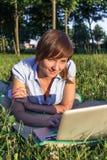 Giovane donna con il computer portatile all'aperto Immagine Stock Libera da Diritti