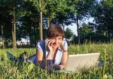 Giovane donna con il computer portatile all'aperto Fotografie Stock