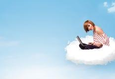 Giovane donna con il computer portatile che si siede sulla nuvola con lo spazio della copia Fotografie Stock