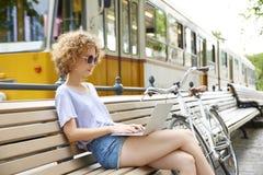 Giovane donna con il computer portatile esterno Fotografie Stock