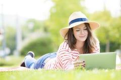 Giovane donna con il computer portatile esterno Fotografie Stock Libere da Diritti