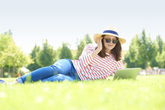 Giovane donna con il computer portatile esterno Fotografia Stock