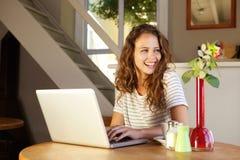 Giovane donna con il computer portatile nel paese Fotografia Stock Libera da Diritti