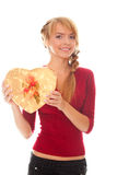 Giovane donna con il contenitore di regalo dell'oro come cuore a disposizione Fotografia Stock Libera da Diritti