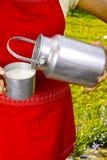 Giovane donna con il cowmilk organico fresco dell'azienda agricola in bidone di latte di alluminio Fotografia Stock Libera da Diritti