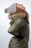 Giovane donna con il dolore posteriore di inverno Immagini Stock
