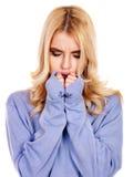 Giovane donna con il fazzoletto che ha freddo. Fotografia Stock